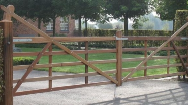 Photo d'une barrière Paddock double battant en bois exotique
