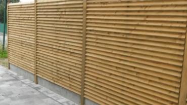 Photo d'une palissade bois Toulouse avec poteaux bois et dalle béton