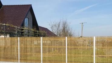 Photo d'une palissade bois Verto avec potaux aluminium et dalle béton