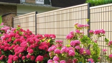 Photo d'une clôture rigide avec occultant composite de coloris Camel