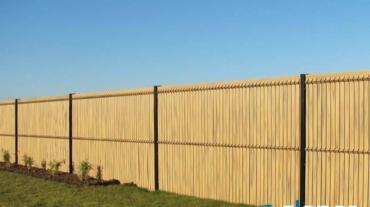 Photo d'une clôture rigide avec occultants pvc coloris Bambou