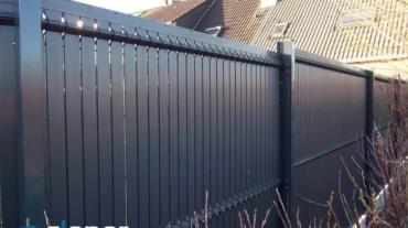 Photo d'une clôture rigide avec occultants pvc coloris Gris Anthracite