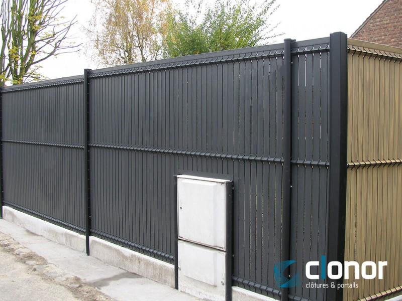 Photo d'une clôture rigide avec occultants pvc coloris Gris anthracite et Bambou