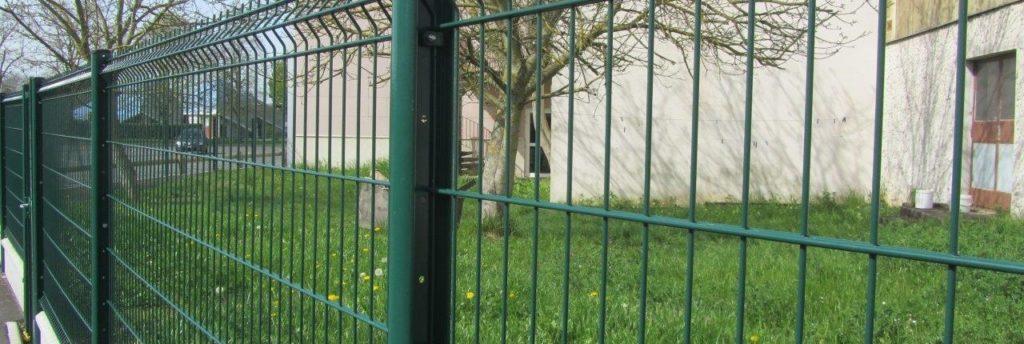 Photo d'une clôture rigide avec un panneau plis ral 6005 vert