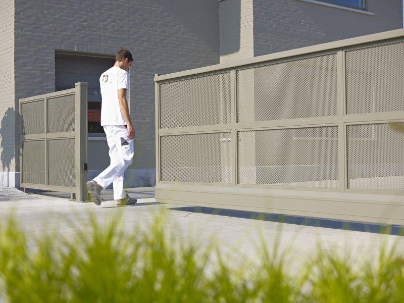 Photo d'un portail alu autoportant ral 7033 gris ciment