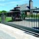 Photo d'un portail alu autoportant taurus gris poussière ral 7037