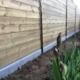 Clôture bois avec planches assemblées et poteaux alu