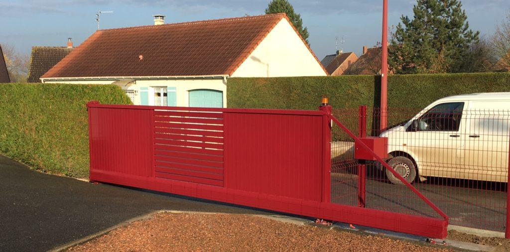 Autre colori pour ce portail Aluette Twister avec clôture en harmonie