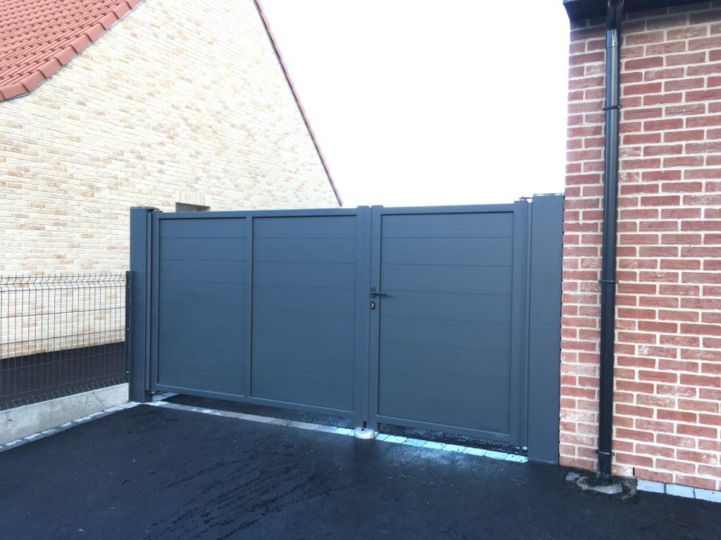 Portail alu opaque ouverture 1/3 - 2/3 de colori gris anthracite ral 7016