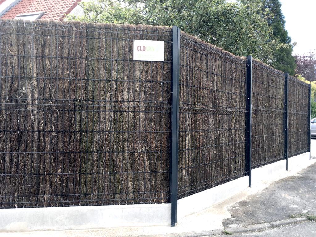 Clôture rigide avec natte de bruyère et soubassement béton