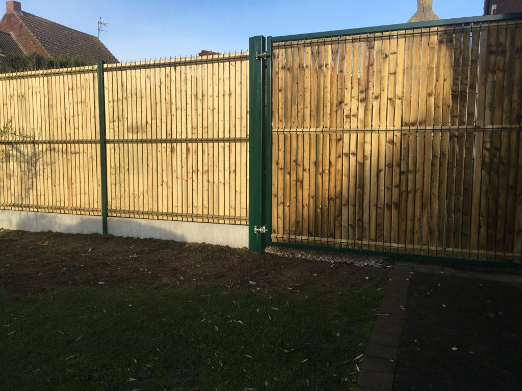 Clôture rigide avec lamelles d'occultation bois pour clôture et portillon