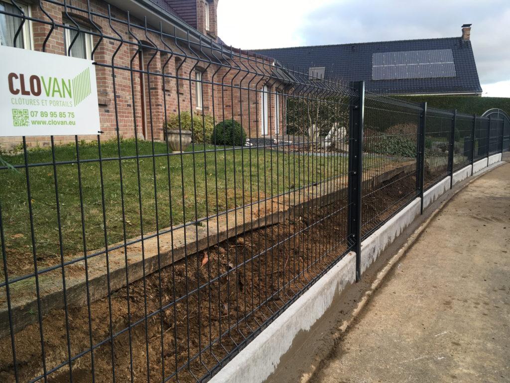 Pose de clôture rigide et soubassement en façade