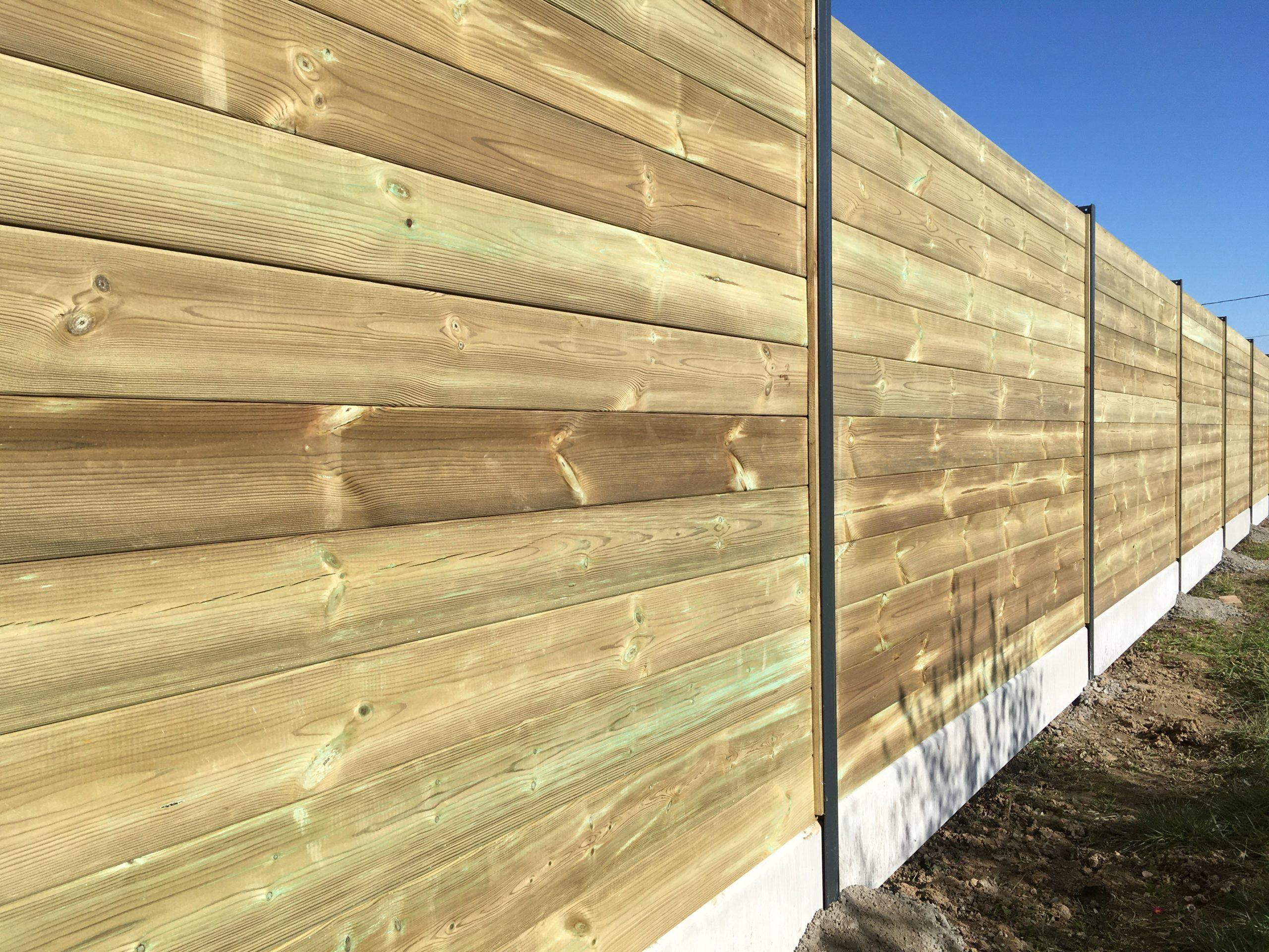 Clôture avec lames de bois emboitées et poteau en aluminium haute résistance