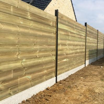 Pose de clôture avec des lames de bois emboitées et soubassements béton
